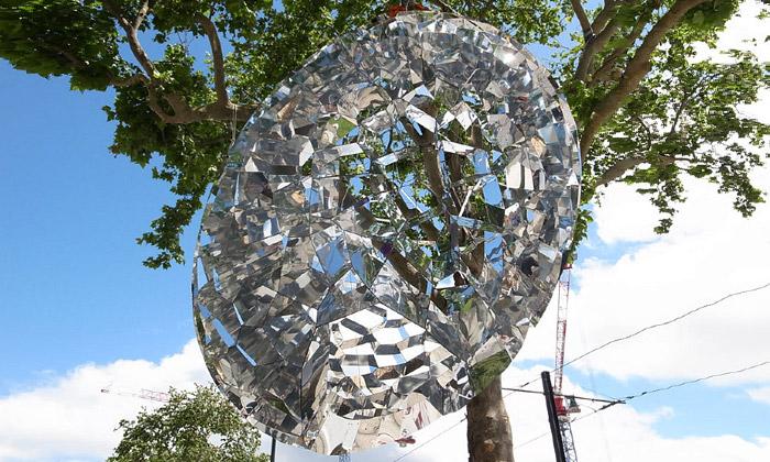 Ve Francii zavěsili nastrom vejce z1200 zrcadel