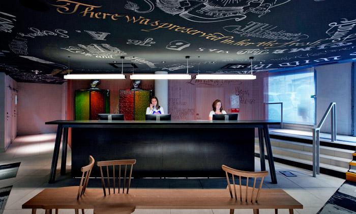 Interiér hotelu Mama Shelter Marseille navrhl Starck