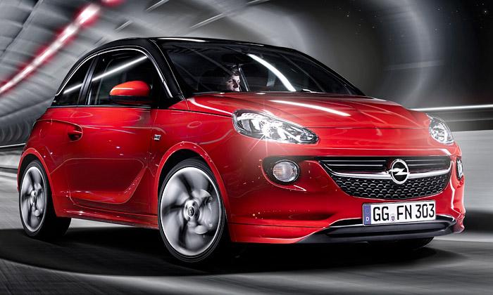Opel Adam jemalý vůz balený vmoderních křivkách
