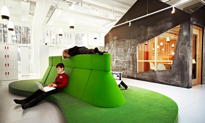 Švédská škola Vittra má otevřený ahravý interiér