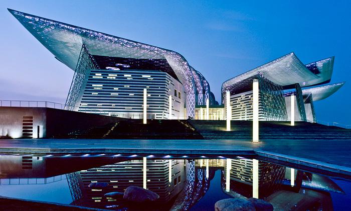 Divadlo včínském Wuxi má střechu zkovových listů