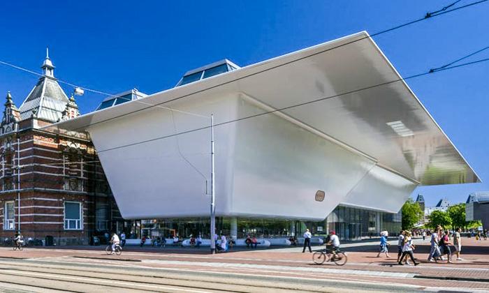Stedelijk Museum má nové křídlo připomínající vanu