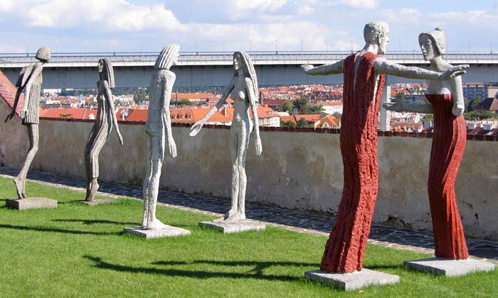 Olbram Zoubek vystavuje sochy vzahradě Bastionu