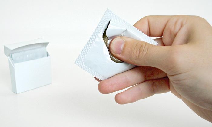Brit navrhl kondom otevíratelný jen jednou rukou