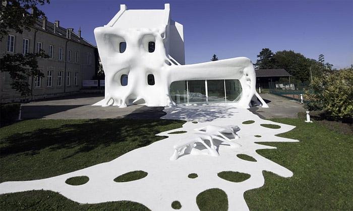 Ve Francii postavili bílý dům připomínající ducha