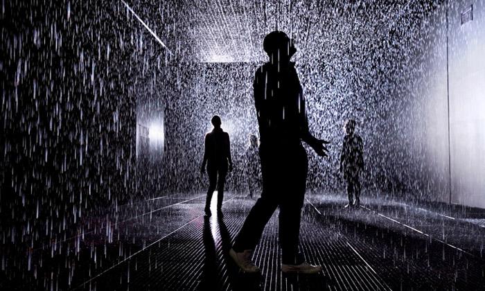 Při projití dešťové místnosti vBarbican nezmoknete