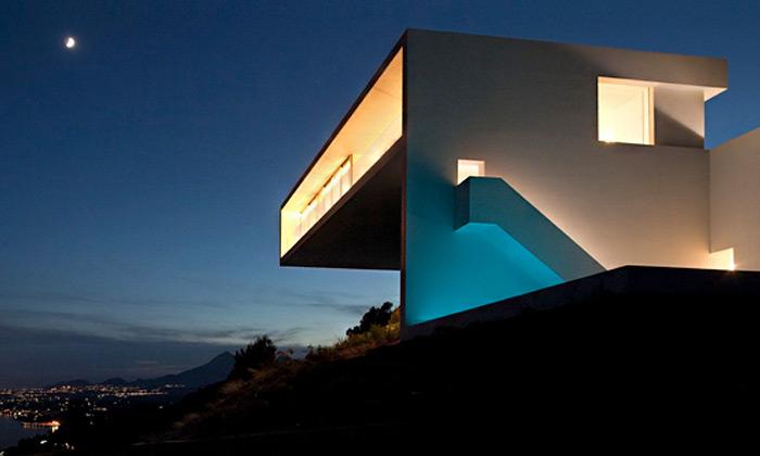 Španělské pobřeží střeží zútesu minimalistická vila