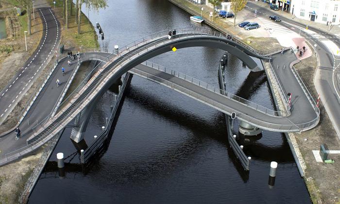 Nizozemský most Melkwegbridge propletá své cesty