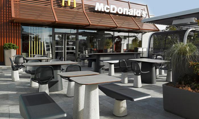 McDonald'spřechází naspeciální venkovní nábytek