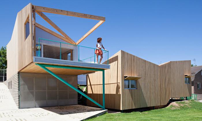 Blízko Madridu vyrostl prefabrikovaný dřevěný dům