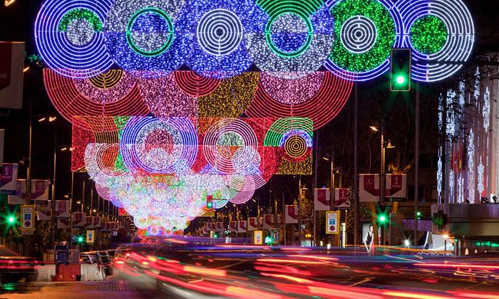 Madrid má psychedelickou vánoční výzdobu zkruhů