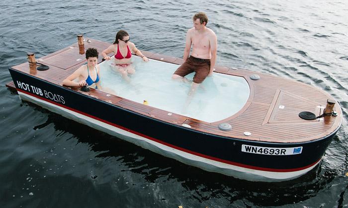 Hot Tub Boat jeloď vybavená stále horkou lázní