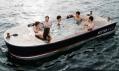 Horkou lázní vybavená a joystickem ovládaná loď Hot Tub Boat