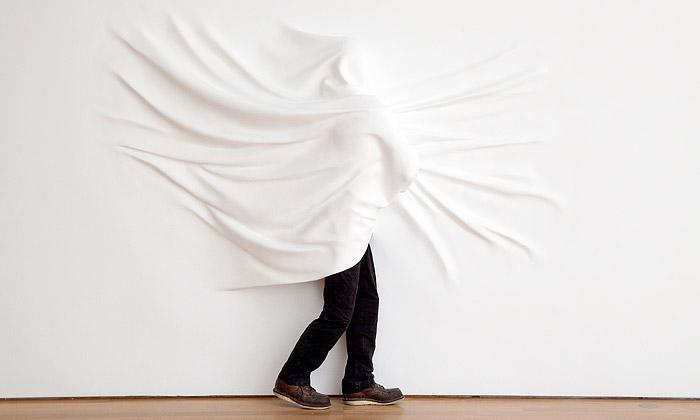 Daniel Arsham tvoří zbílých stěn vystupující sochy