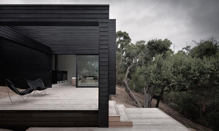 U Melbourne stojí černá minimalistická rezidence