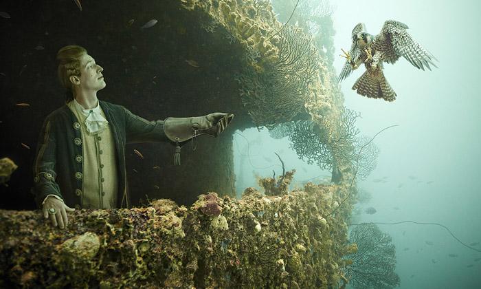 Vrak lodi pod vodou ožil fotografiemi lidí zrokoka