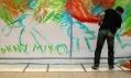 Miko maluje s použitím motivů Keitha Haringa