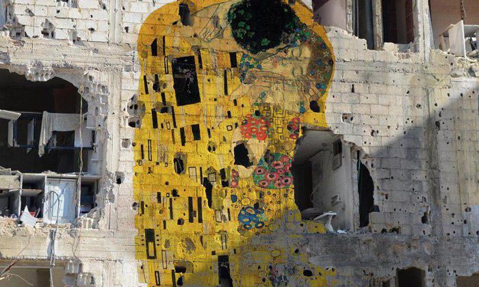 Klimtův slavný Polibek ozdobil fasádu syrské války