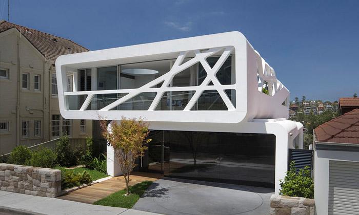 V Sydney stojí moderní bíle protkaná vila nad pláží
