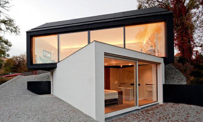 Německý rodinný dům jepostavený černý nabílém