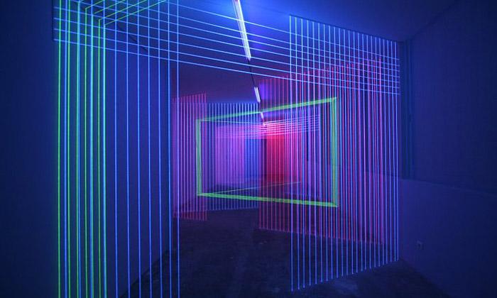 Jeongmoon Choi vytváří barevně zářící UV instalace