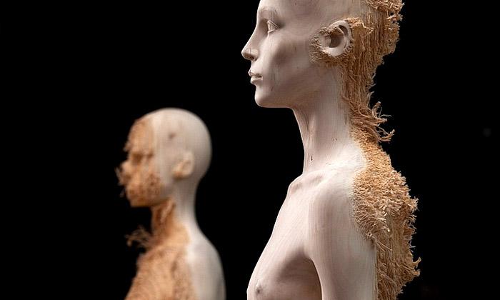Aron Demetz vystavuje figuríny vyřezané ze dřeva
