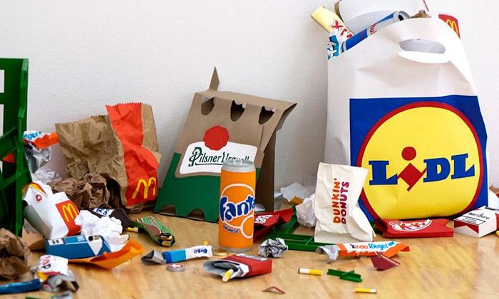 Carly Fischer vystavuje odpadky vyráběné zpapíru