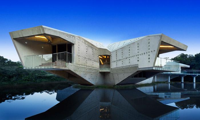 Australský prales zdobí futuristický dům zbetonu