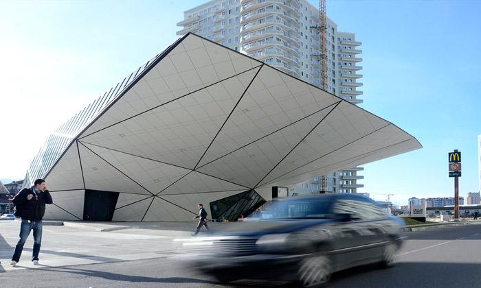 Gruzie má futuristickou čerpací stanici srestaurací