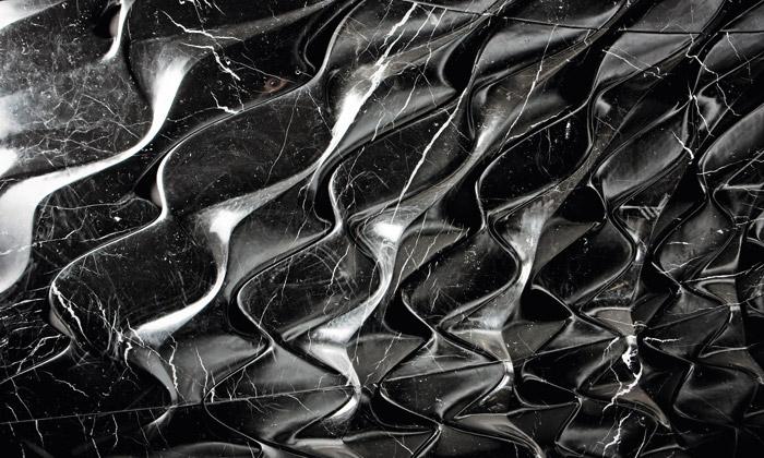 Zaha Hadid navrhla šest dekoračních stěn zkamene