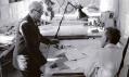 Architekt Le Corbusier v ateliéru s ikonickou lampou