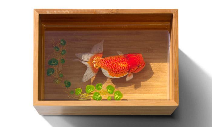 Keng Lye tvoří 3D malby rybiček aželv vmiskách