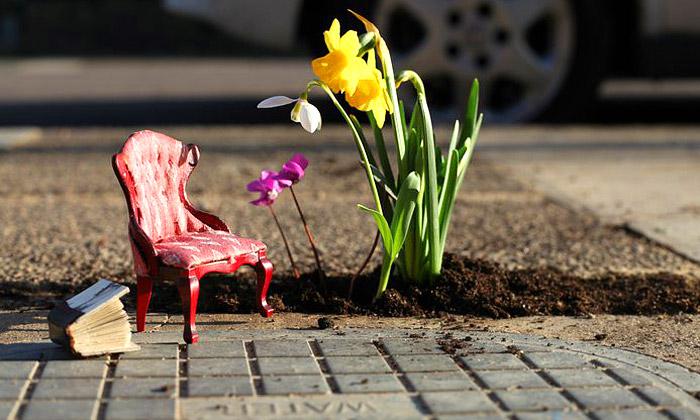 Guerrilový zahradník sází malé zahrádky poměstě