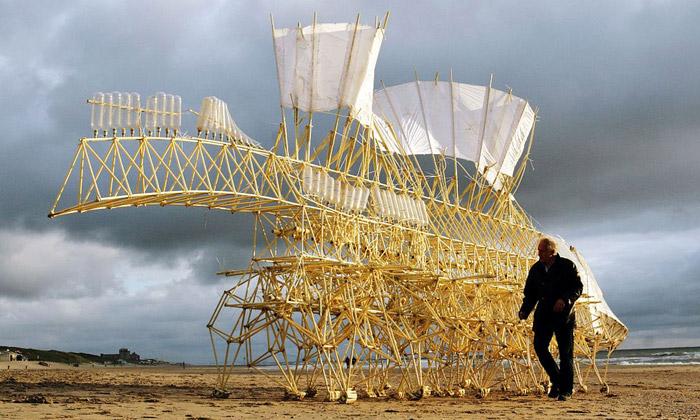 Theo Jansen tvoří větrem poháněné sochy ztrubek