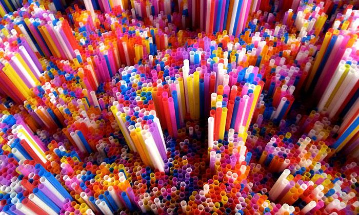 Francesca Pasquali tvoří barevné instalace zbrček