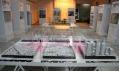 Pohled do expozice výstavy Vzdorující města