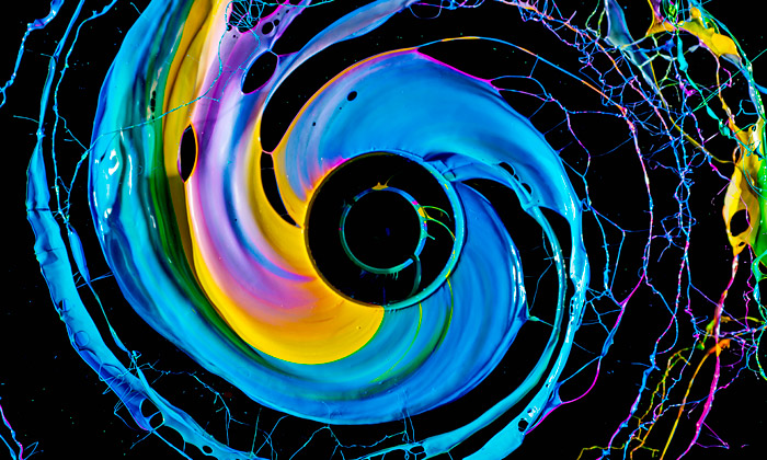 Fabian Oefner fotografuje fascinující hry sbarvami