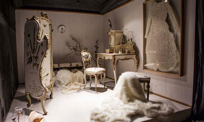 H&M vystavuje vinstalaci plné dřeva kolekci Home