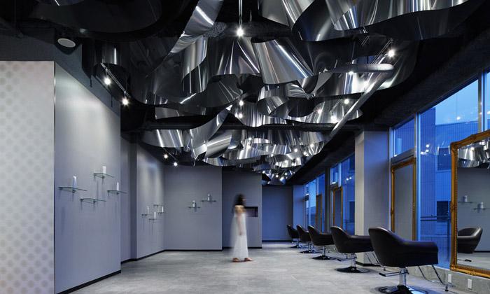 Japonský salón krásy Arkhe má strop zkovové řeky
