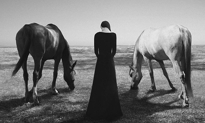 Noell S. Oszvald fotografuje fascinující autoportréty