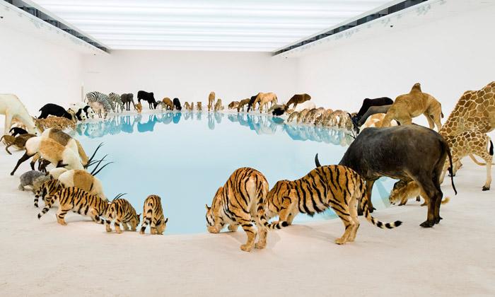 Cai Guo-Qiang vystavuje 99 zvířat pijících zjezera
