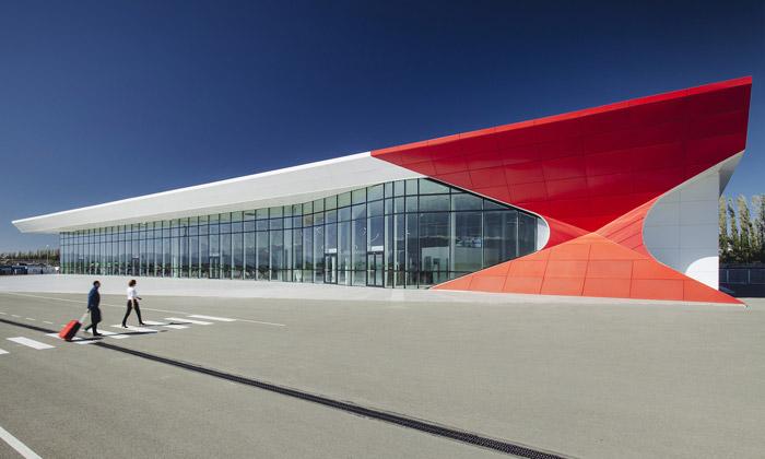 Kutaisi otevřelo letiště srudými rohy odUNStudio