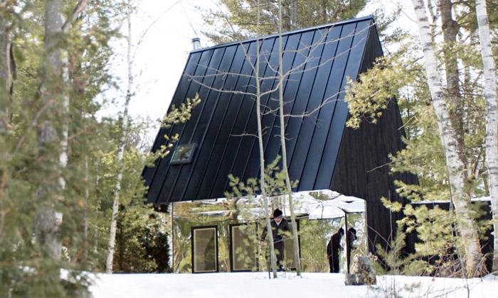 Černá jezerní chata vOntariu má zrcadlovou terasu