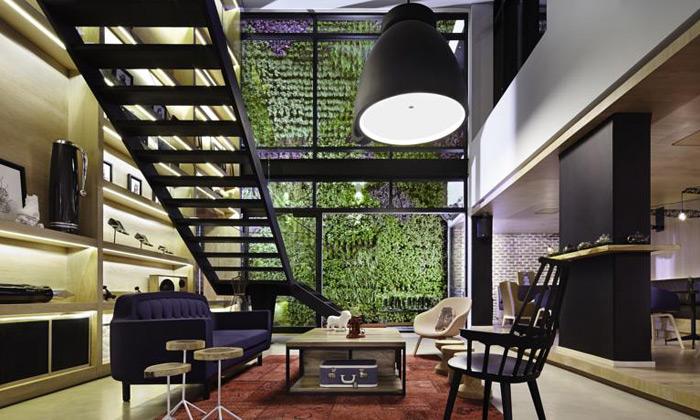 Hotel Click Clack má fasádu zmapy aútulný interiér