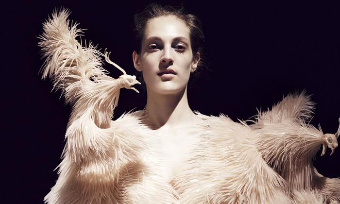 Iris van Herpen zhmotnila divočinu v3D tištěné šaty
