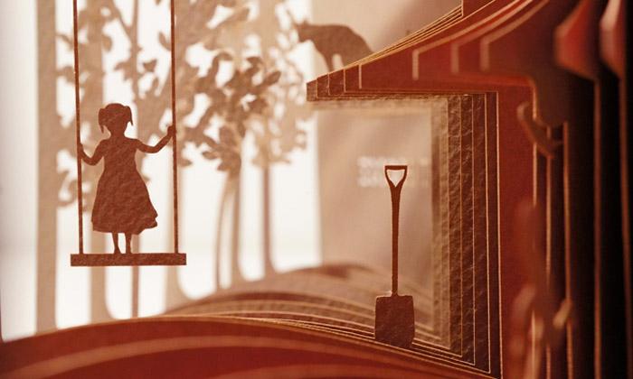 Japonec vyřezává zpapíru 360stupňové 3D knihy