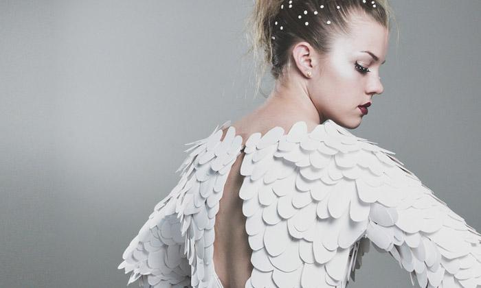 Casey Watson vytvořila šaty zpapíru imitující korály