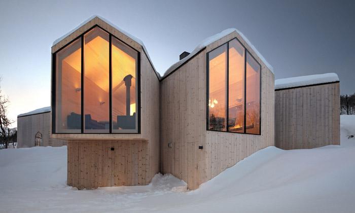 Norskou krajinu zdobí horská chata zmalých domků
