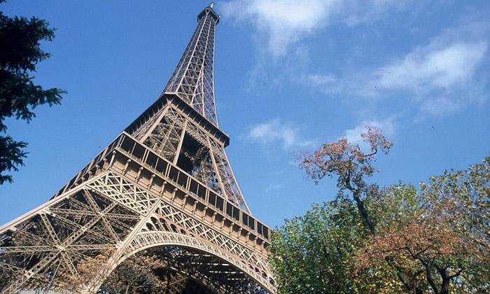 Eiffelova věž slaví 125 let oduvedení doprovozu