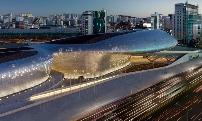 Hadid postavila kosmický Dongdaemun Design Plaza